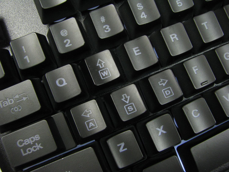 Przycisk Tab z symbolem słońca pozwala zmienić oświetlenie klawiatury.