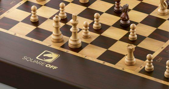 Pierwsze gry planszowe z ekranami dotykowymi i robo-szachy