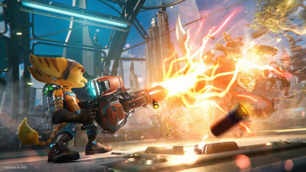 Ratchet & Clank Rift Apart - Ratchet strzela z miniguna do przeciwnika