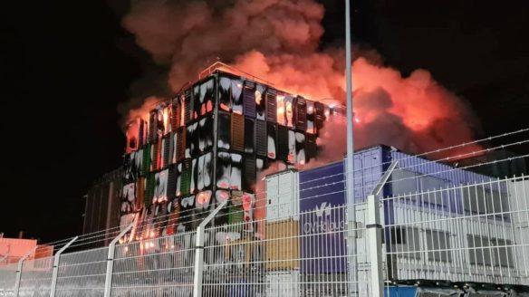 Pożar OVH - budynek w ogniu