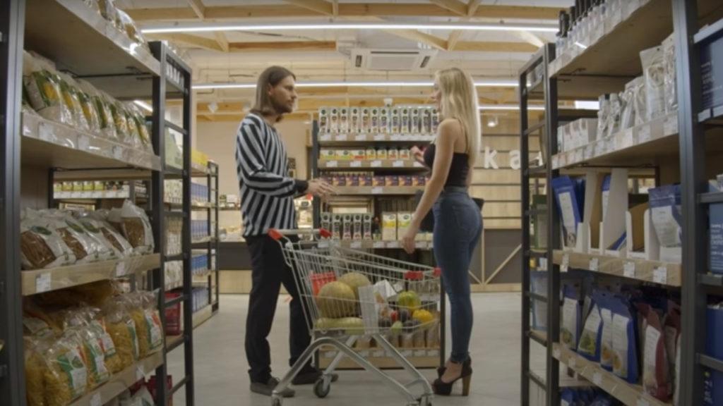 Mężczyzna, który uwodzi blondynkę w sklepie w grze Super Seducer 3