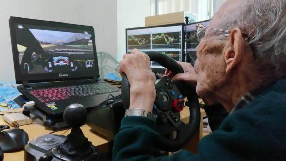 Starszy pan grający w Forza Motorsport 7