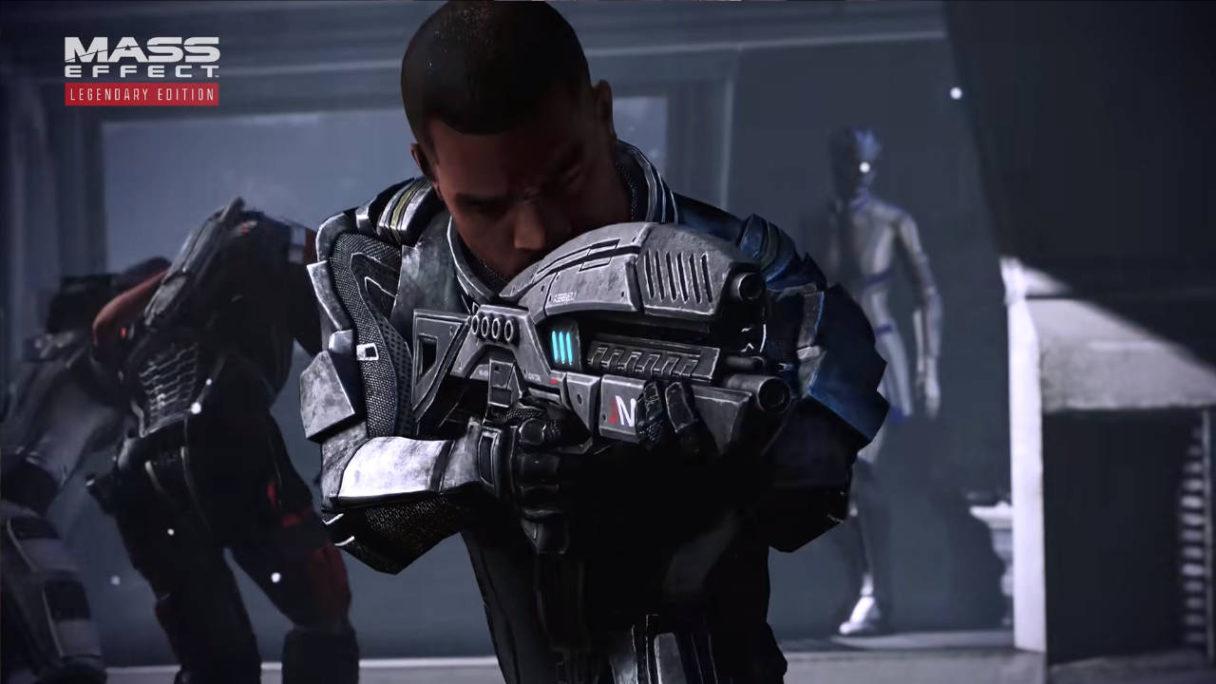Bohater z gry Mass Effect Legendary Edition celujący z karabinu