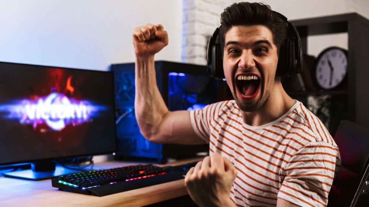 Siłownia esportowa - grafika przedstawia szczęśliwego mężczyznę grającego w grę