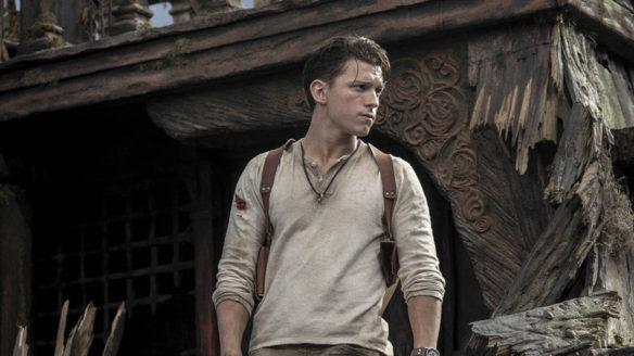 spocony Tom Holland patrzy w prawo - kadr z filmu Uncharted