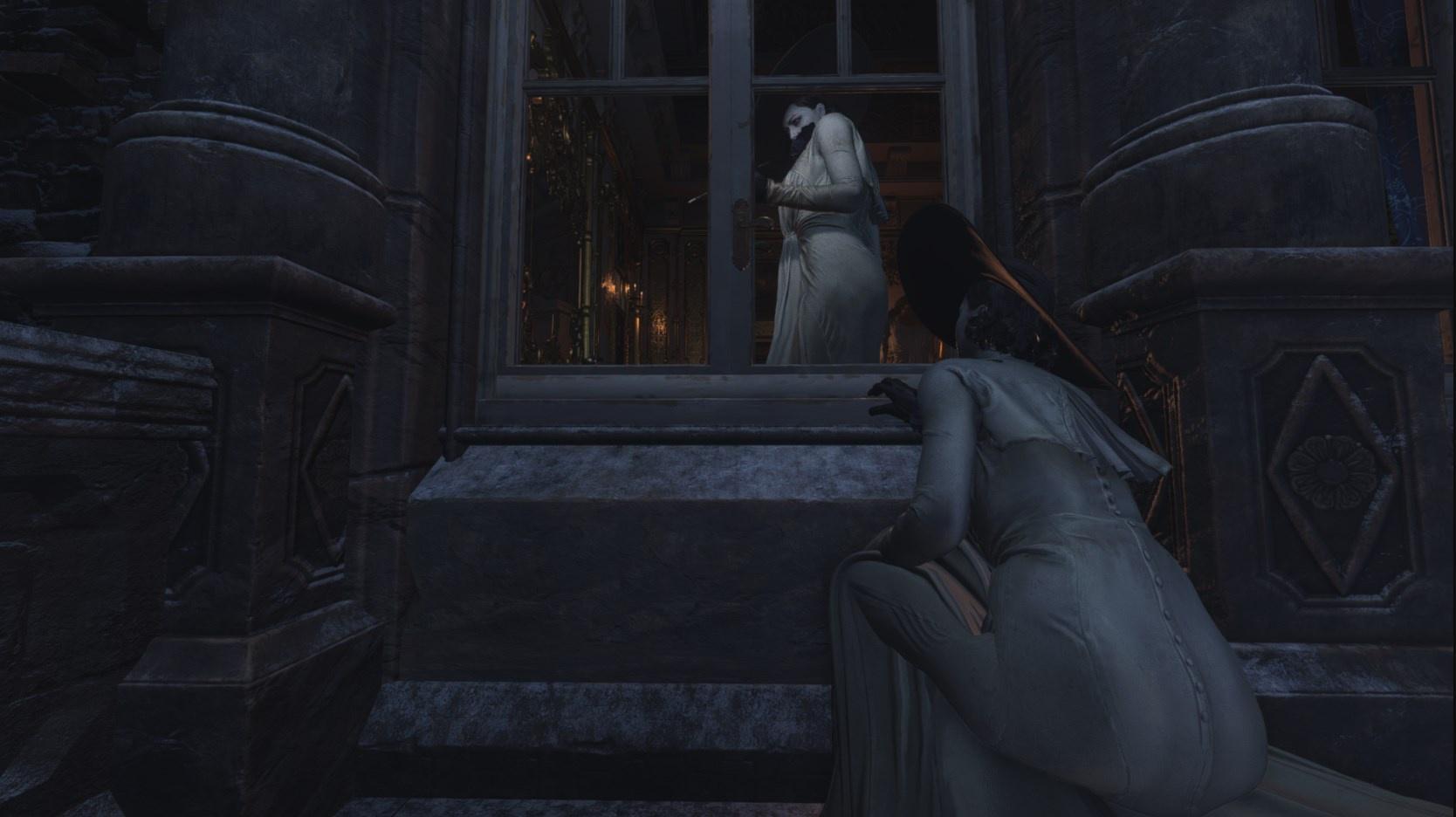 Resident Evil Village - Lady Dimitrescu patrzy na Lady Dimitrescu przez okno