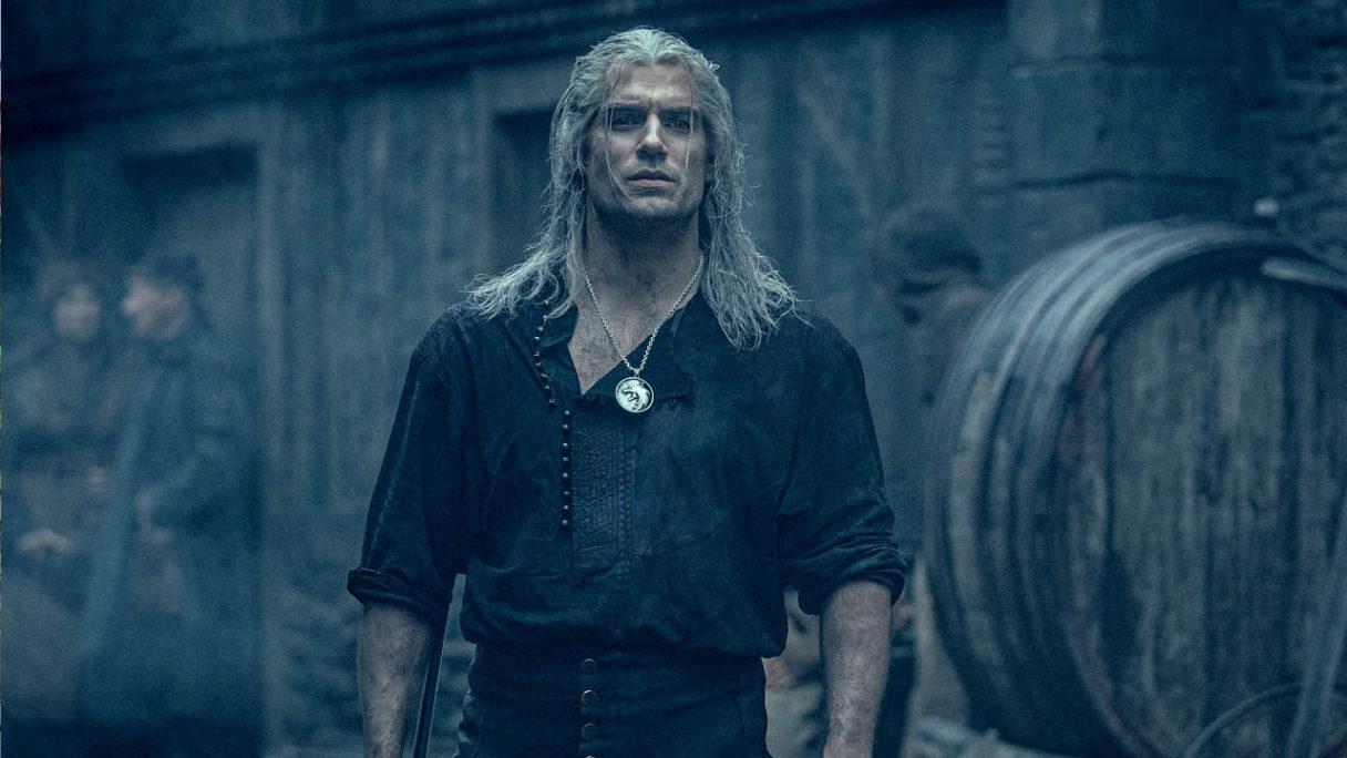 Wiedźmin - Geralt w koszuli na pierwszym planie patrzy się przed siebie