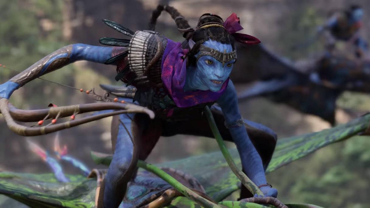 Avatar Frontiers of Pandora - niebieski bohater z łukiem leci na zielonej istocie
