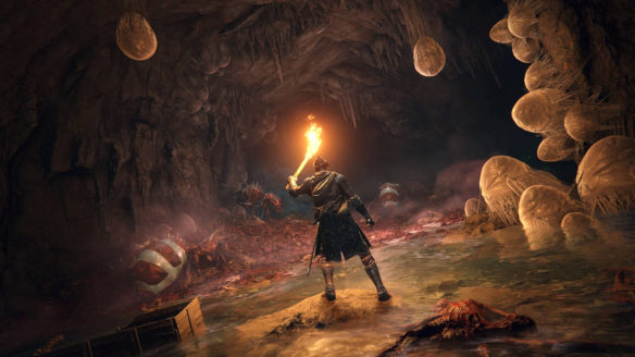 bohater elden ring rozświeca pochodnią jaskinię - rozjaśnione