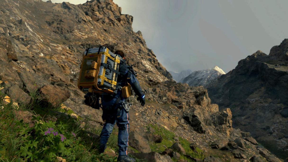 Death Stranding - kurier z paczką idzie przez góry