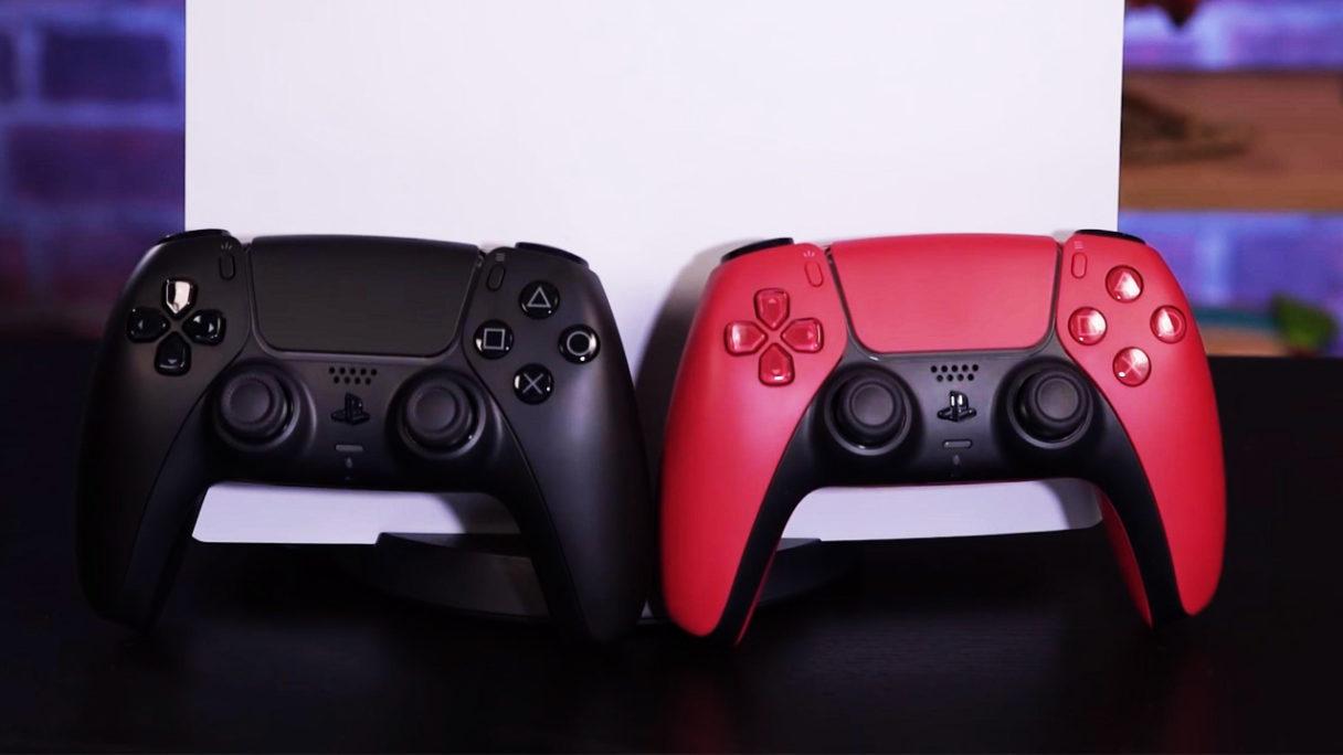 Czarny i czerwony DualSense na zdjęciu