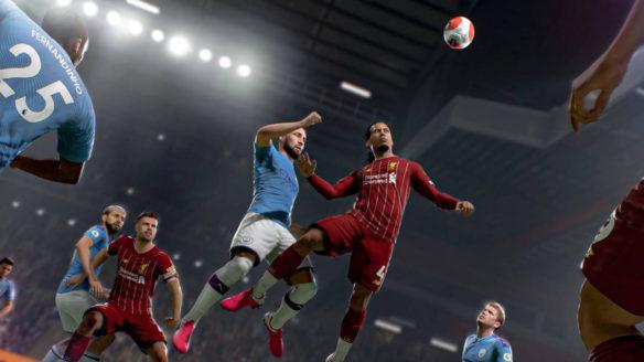 FIFA 21 - piłkarze walczą o piłkę na boisku, tak jak w FIFA 22