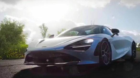 Forza Horizon 5 - sportowy samochód na tle promieni Słońca