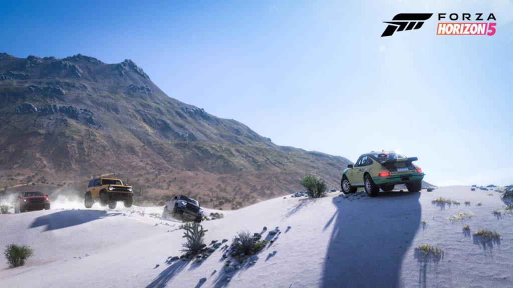 Forza Horizon 5 - wyścig samochodów po pustyni na tle pustynnych wzgórz