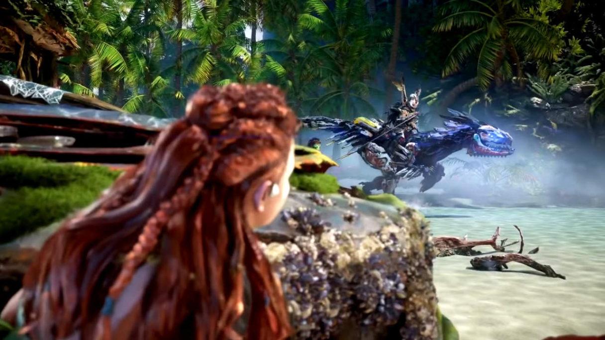 Horizon Forbidden West - Aloy chowa się za kamieniem, w tle widzimy mecha dinozaura