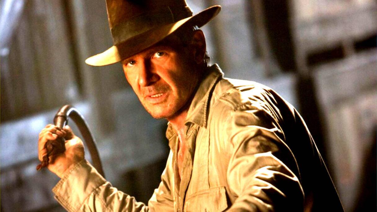 Indiana Jones trzyma pejcz w prawej ręce