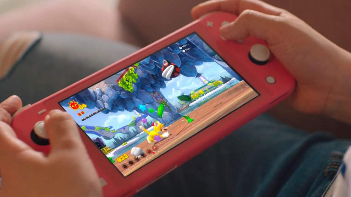 Nintendo Switch Lite - dziewczynka gra w Mario