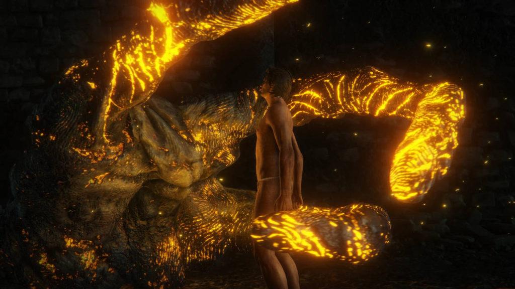 ogromna złota dłoń obejmuje bohatera gry Elden Ring