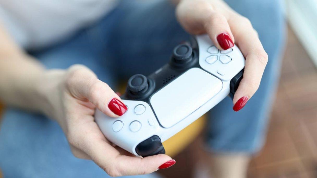 PS Plus - kobieta gra przy pomocy pada DualSense