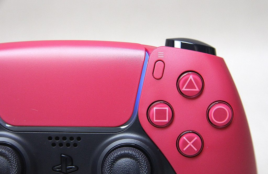 przyciski z czerwonego pada DualSense