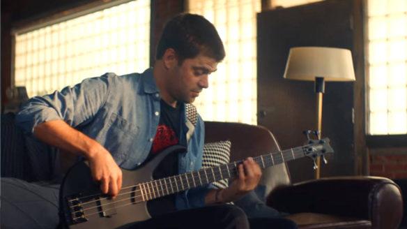Rocksmith+ powraca - mężczyzna gra na gitarze basowej