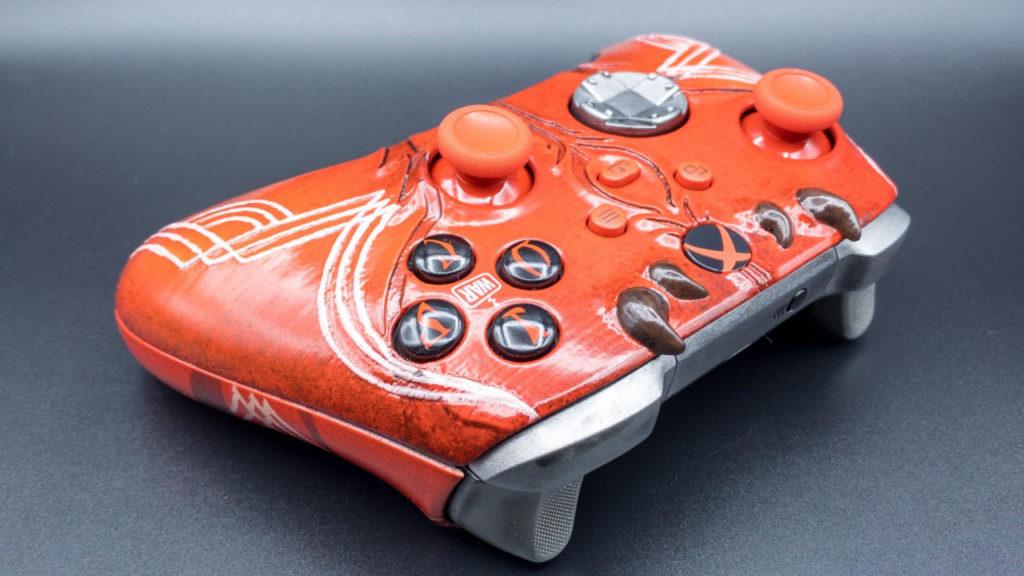 Xbox kontroler z motywem z The Elder Scrolls Online leżący na plecach
