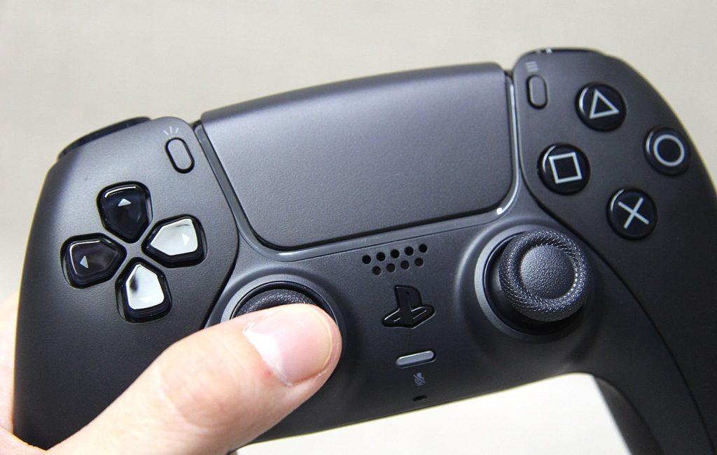 Zbliżenie na przednią część DualSense w kolorze Midnight Black