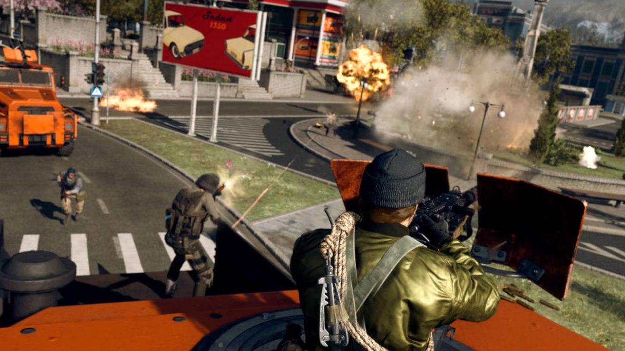 Call of Duty Warzone - gracze strzelają do siebie z opancerzonych samochodów i w tle jest dużo wybuchów