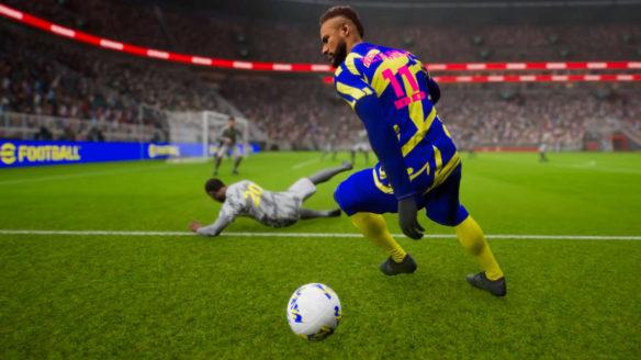 eFootball - walka o piłkę dwóch piłkarzy. Jeden wywrócił się na trawę