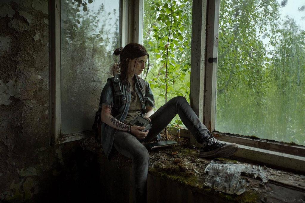 Ellie Cosplay - dziewczyna siedzi na parapecie i trzyma radio