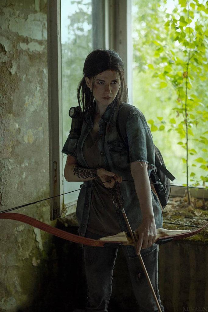 Ellie Cosplay - dziewczyna trzyma łuk