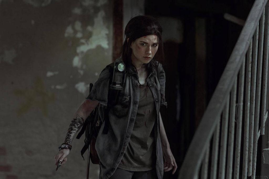Ellie Cosplay - dziewczyna trzyma nóż