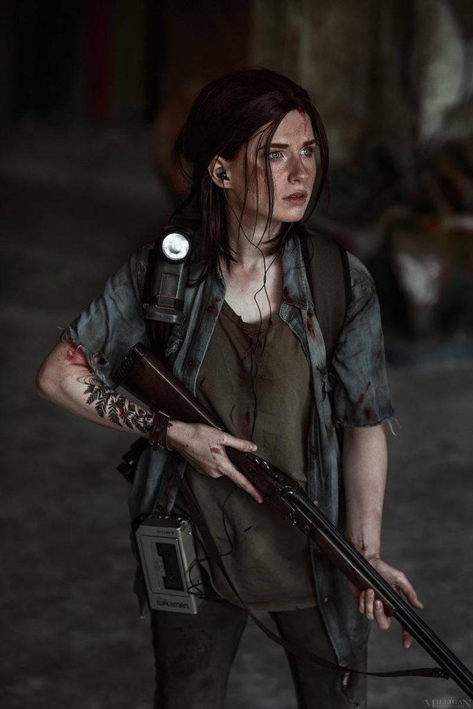 Ellie Cosplay - dziewczyna trzyma strzelbę