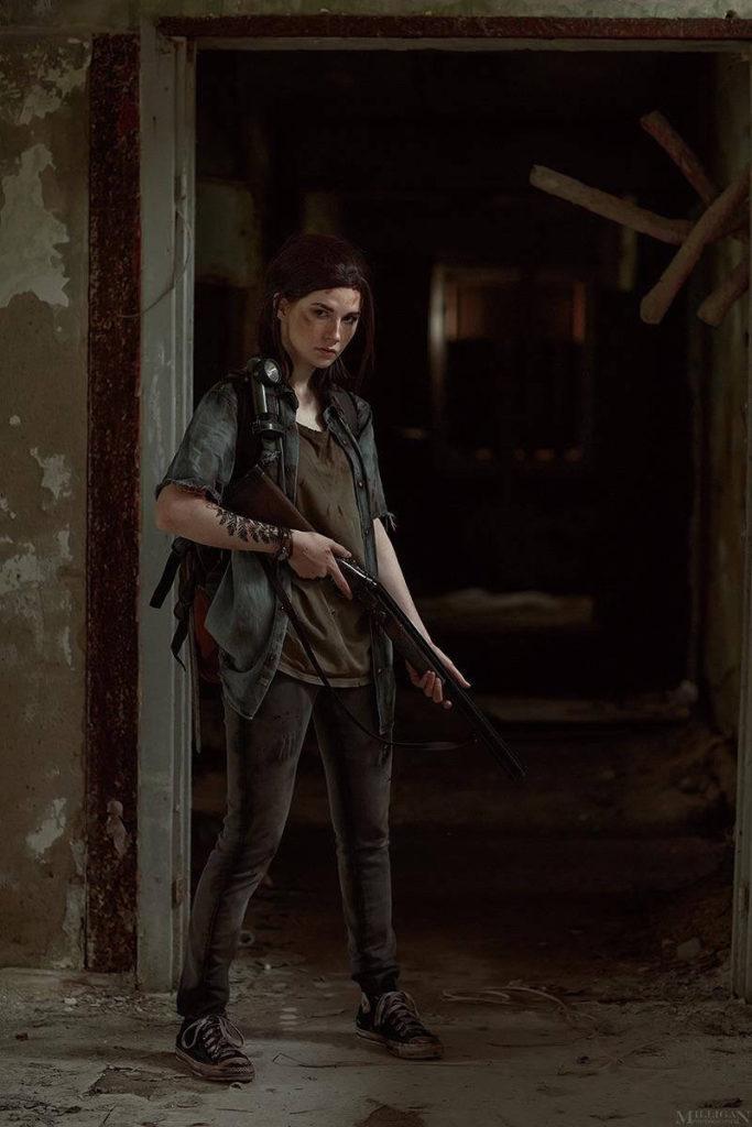 The Last of Us Ellie Cosplay - dziewczyna trzyma strzelbę