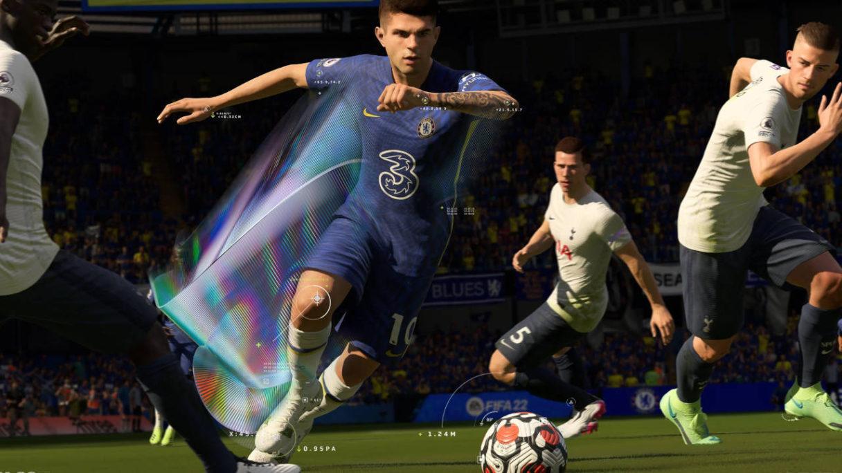 FIFA 22 - piłkarz biegnie przed siebie z piłką i a wokół niego trójka jego rywali próbuje mu ją zabrać