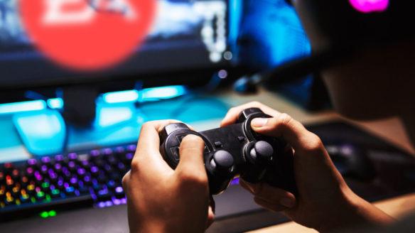 Gracz patrzący na logo EA