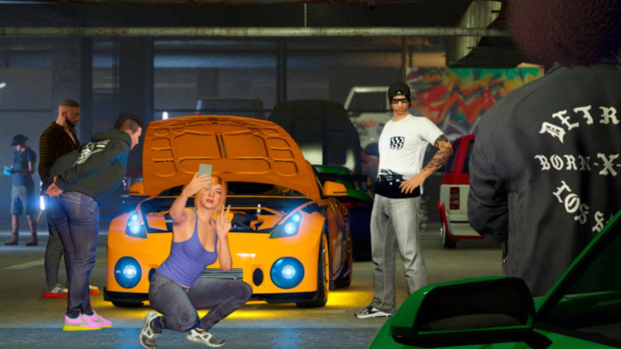 GTA Online - postacie lansują się przy zmodyfikowanym samochodzie sportowym w klubie samochodowym LS