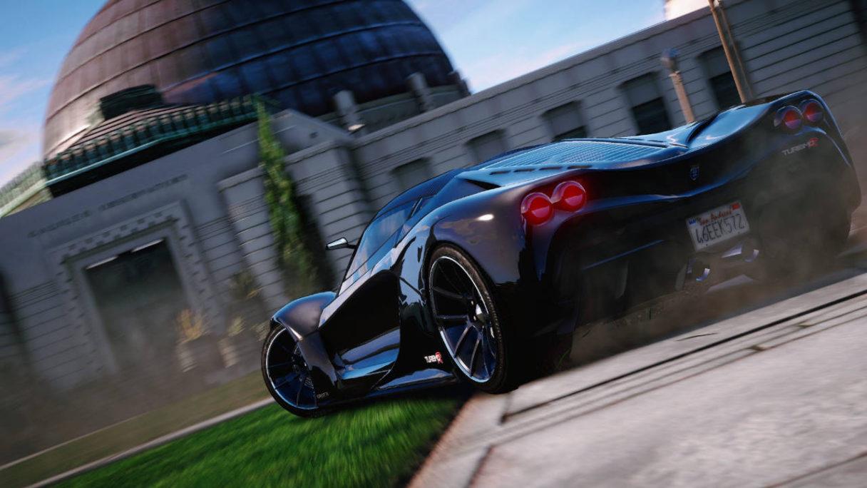 GTA V - sportowy samochód jadący po trawniku w terenie zabudowanym