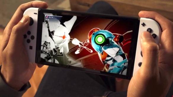 Nintendo Switch OLED - mężczyzna gra w Metroid Dread