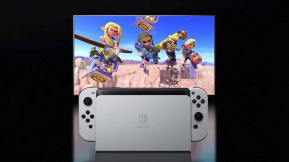 Nintendo Switch OLED w docku na tle telewizora ze Splatoon 2