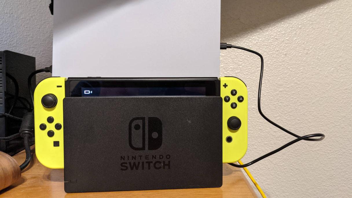Nintendo Switch podłączone przewodem USB C do PS5