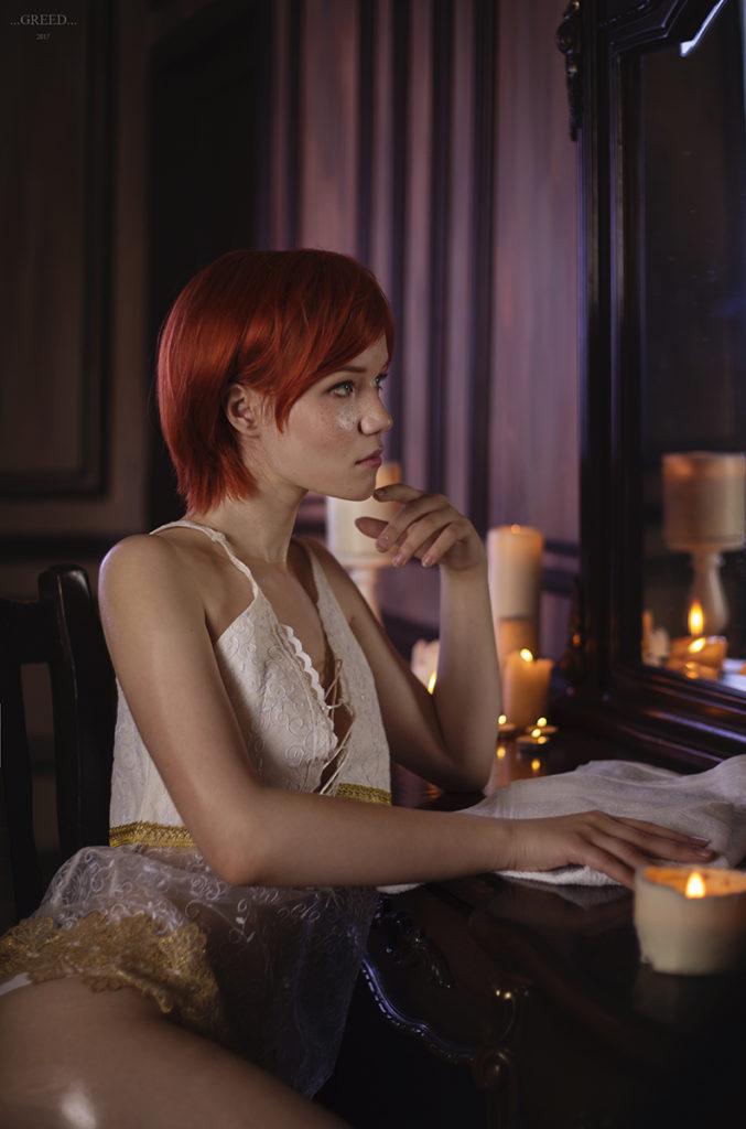 Wiedźmin 3 - Lady Lyumos jako Shani siedzi w bieliźnie zamyślona przed lustrem