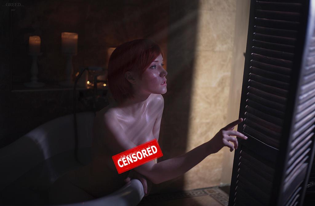 Lady Lyumos jako Shani naga w wannie wygląda przez okno. Ocenzurowano biust