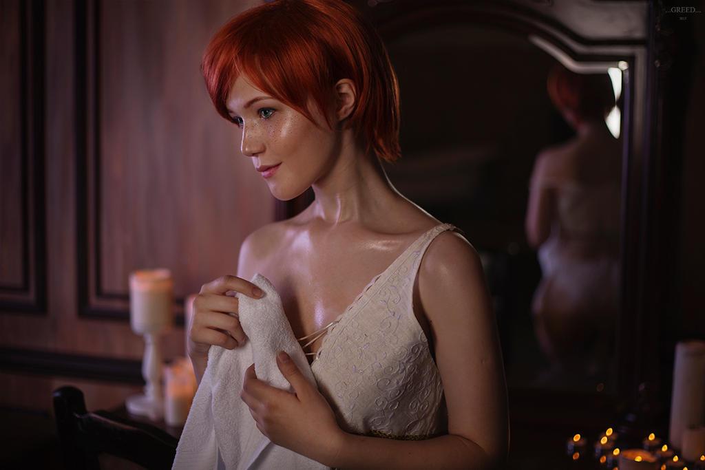 Lady Lyumos jako Shani okrywa się ręcznikiem, będąc w bieliźnie