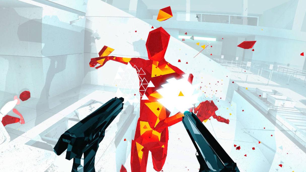 SUPERHOT VR - gracz strzela z dwóch pistoletów do wroga