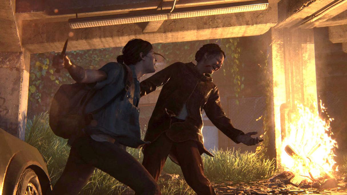 The Last of Us 2 - Ellie atakuje przeciwniczkę nożem na tle ogniska