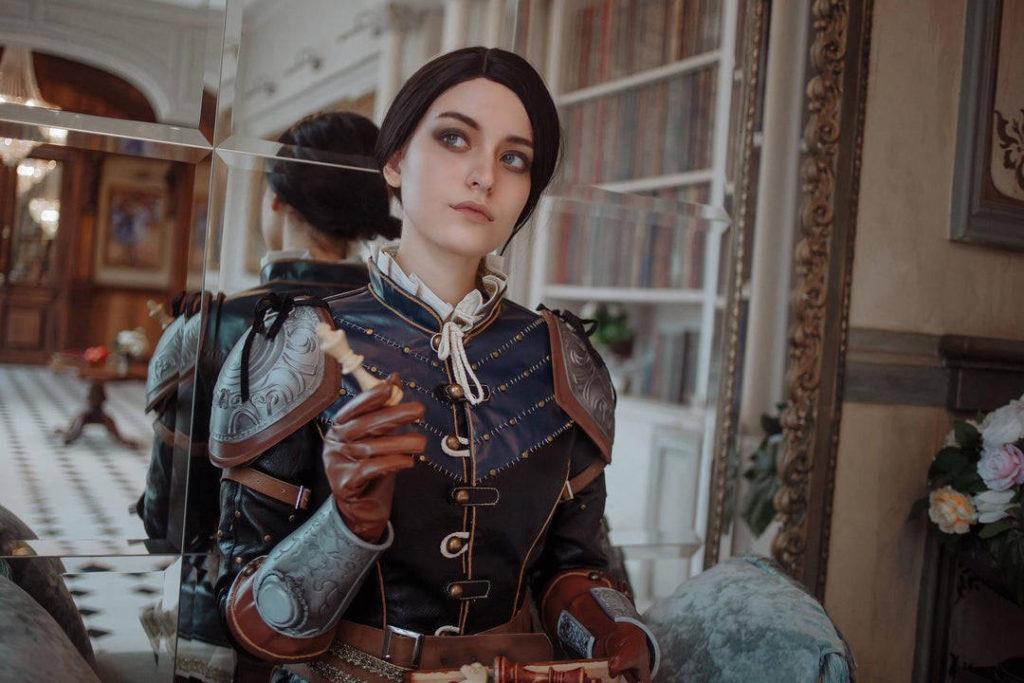 Wiedźmin 3 - cosplay Syanna jako torieaesth z figurą szachową w ręce