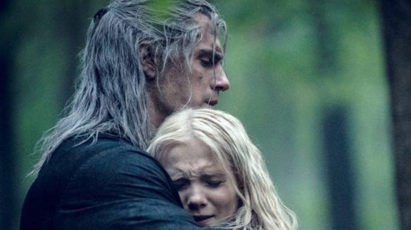Wiedźmin - serial Netflix - Geralt przytula w lesie Ciri, która ma smutną minę