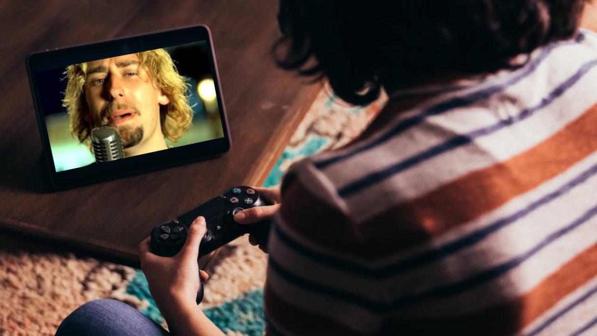 Xbox Game Pass - Chłopak gra na tablecie przy pomocy DS4 w Nickelback