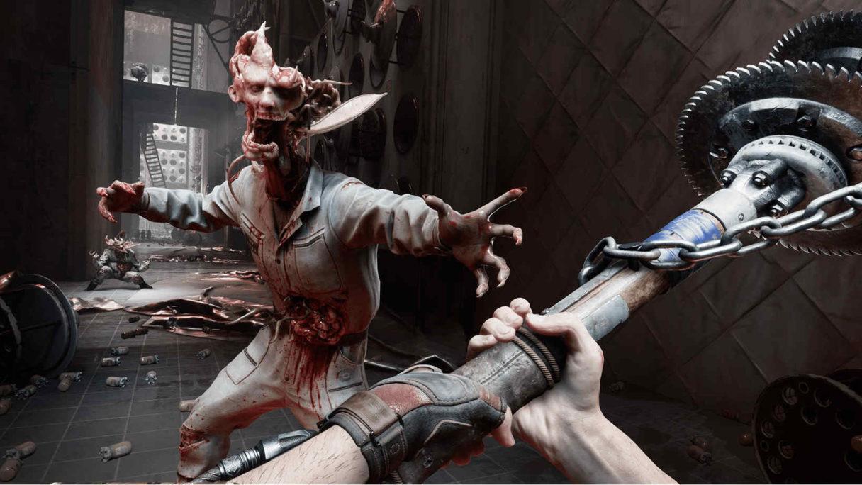 Mężczyzna przy pomocy zmodyfikowanej metalowej pałki uderza w potwora